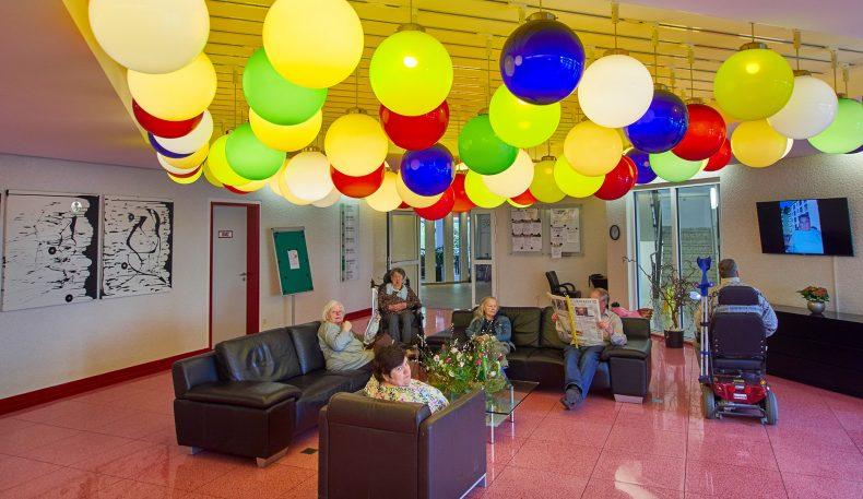 Bunt beleuchtete Glaskugeln gestalten das Foyer